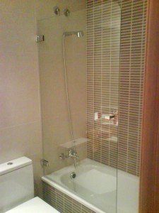 Hinged bath screen with tempered glass