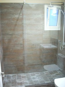 Shower enclosure with stabilizer bar