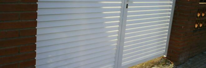 Puerta de jardin tipo veneciana en acero lacado blanco en for Puertas jardin aluminio