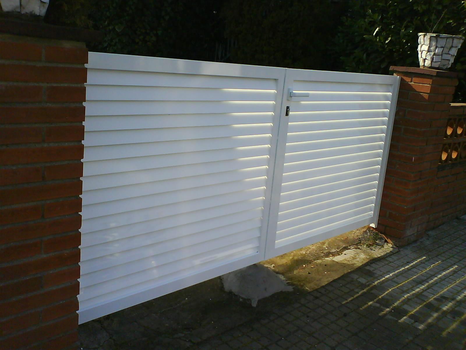 Puerta de jardin tipo veneciana en acero lacado blanco en - Puertas de valla ...