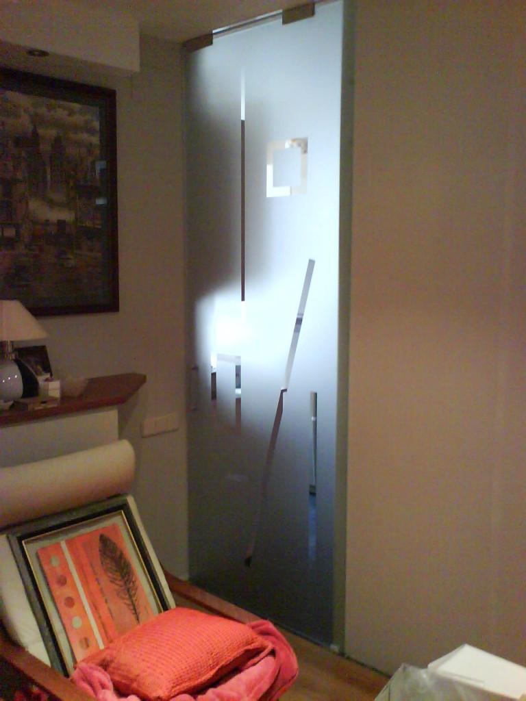 Porta de vidre matejat i serigrafiat lliscant
