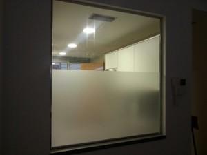 División de vidrio en una cocina americana en un piso en Barcelona