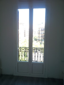 RPT aluminum doors bicolor in Barcelona's Eixample neighborhood
