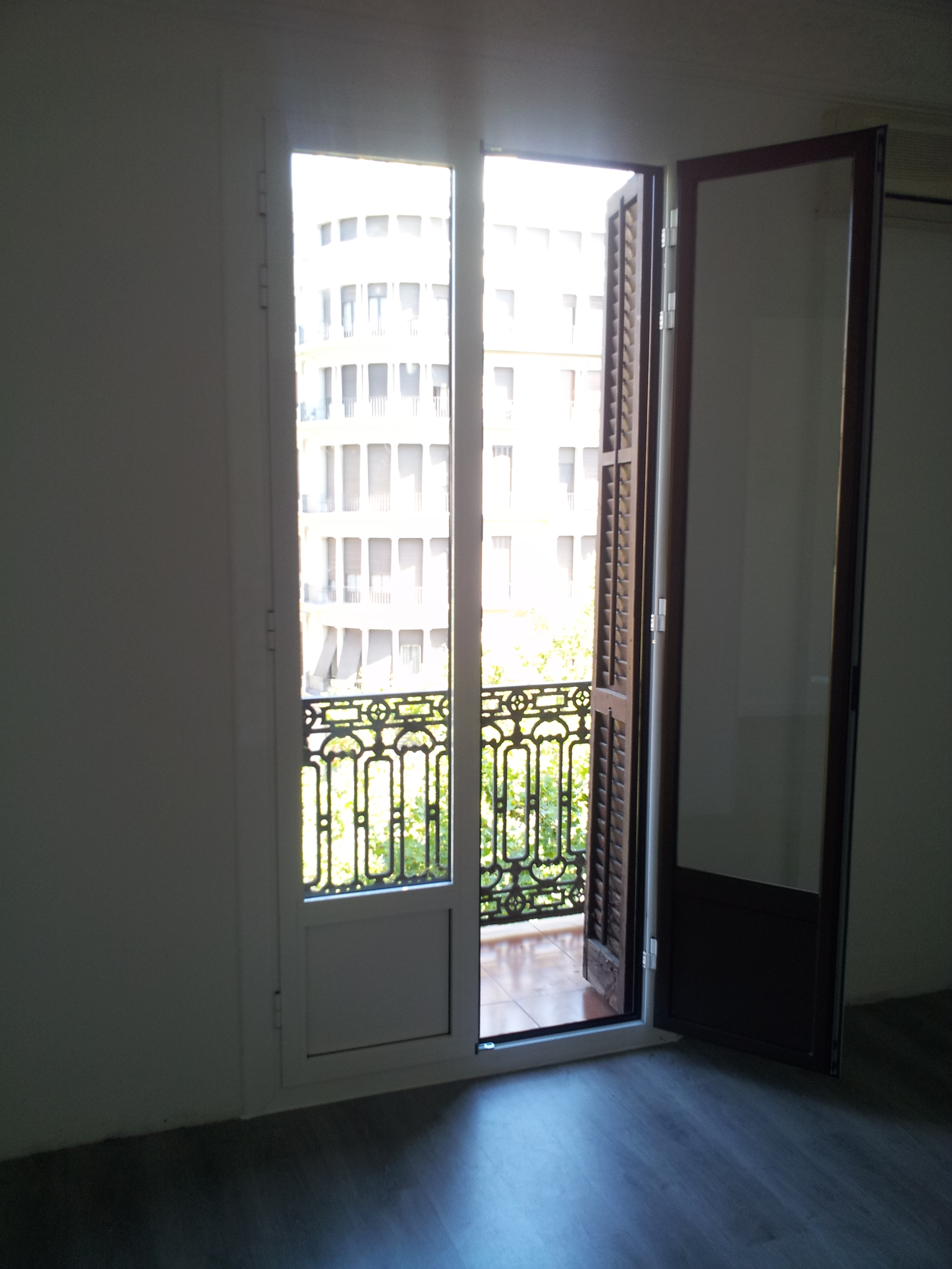 Puertas de aluminio rpt bicolor en el barrio del eixample - Cierres para puertas de aluminio ...