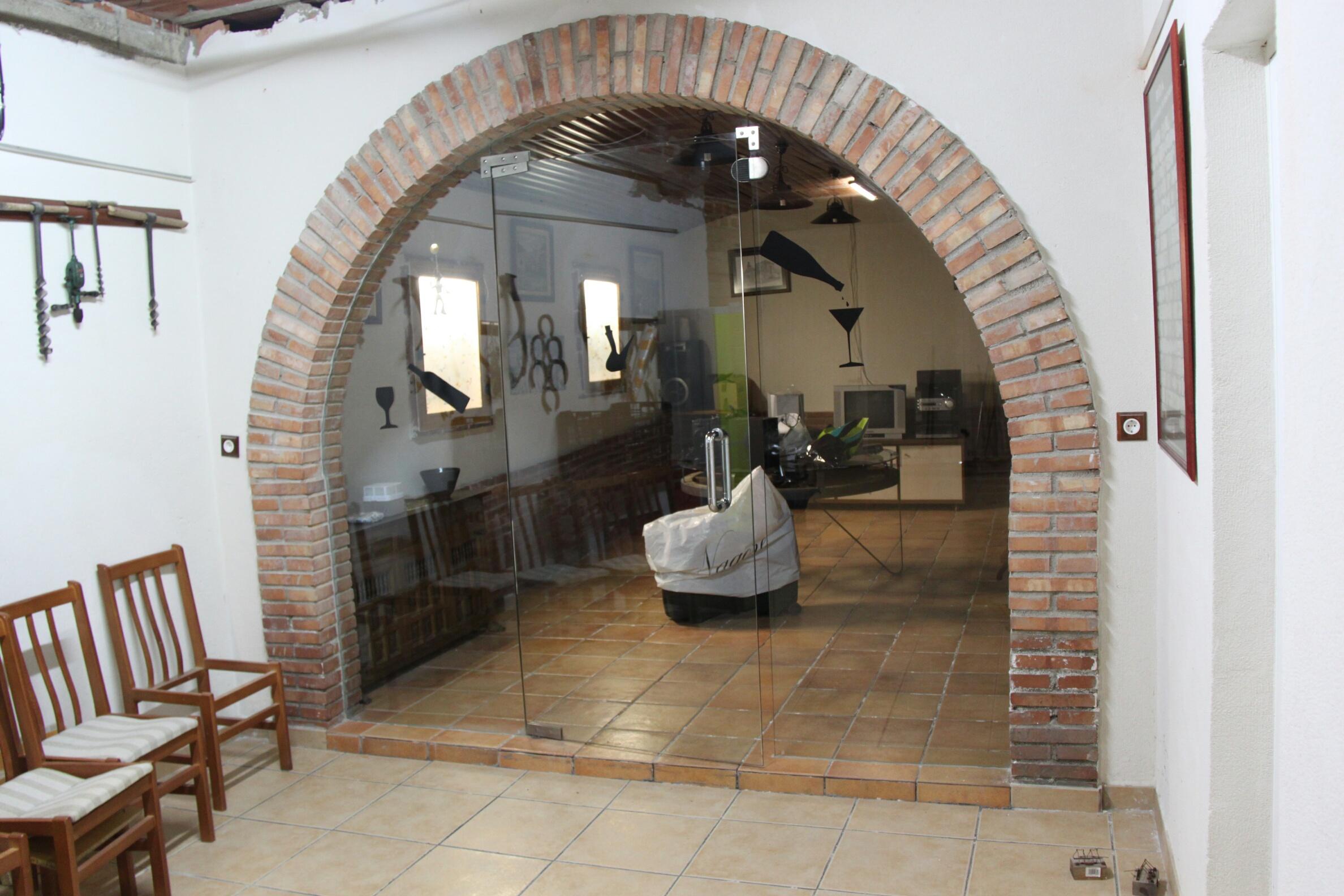 puerta de vidrio en arco en la bodega de una casa cerca de
