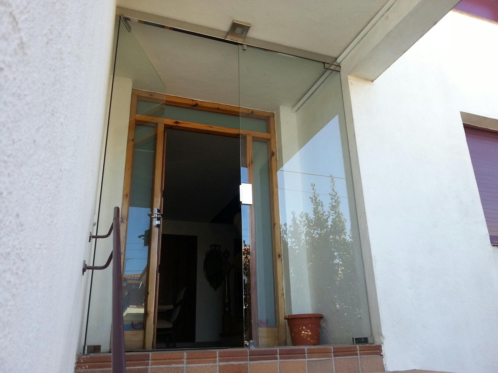 Puerta de entrada a vivienda tipo vidur con vidrio for Puertas para vivienda
