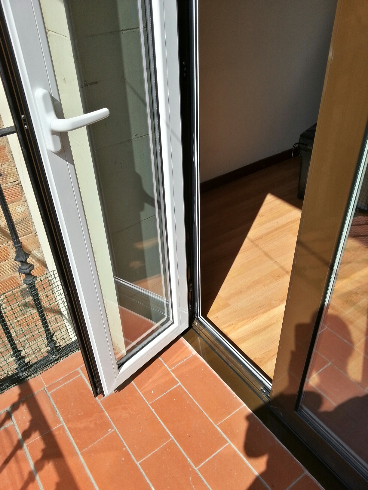 Puerta de aluminio bicolor apertura externa con rotura de for Puerta corrediza externa