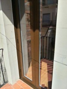 Cara exterior de la puerta en lacado marrón ral estandard