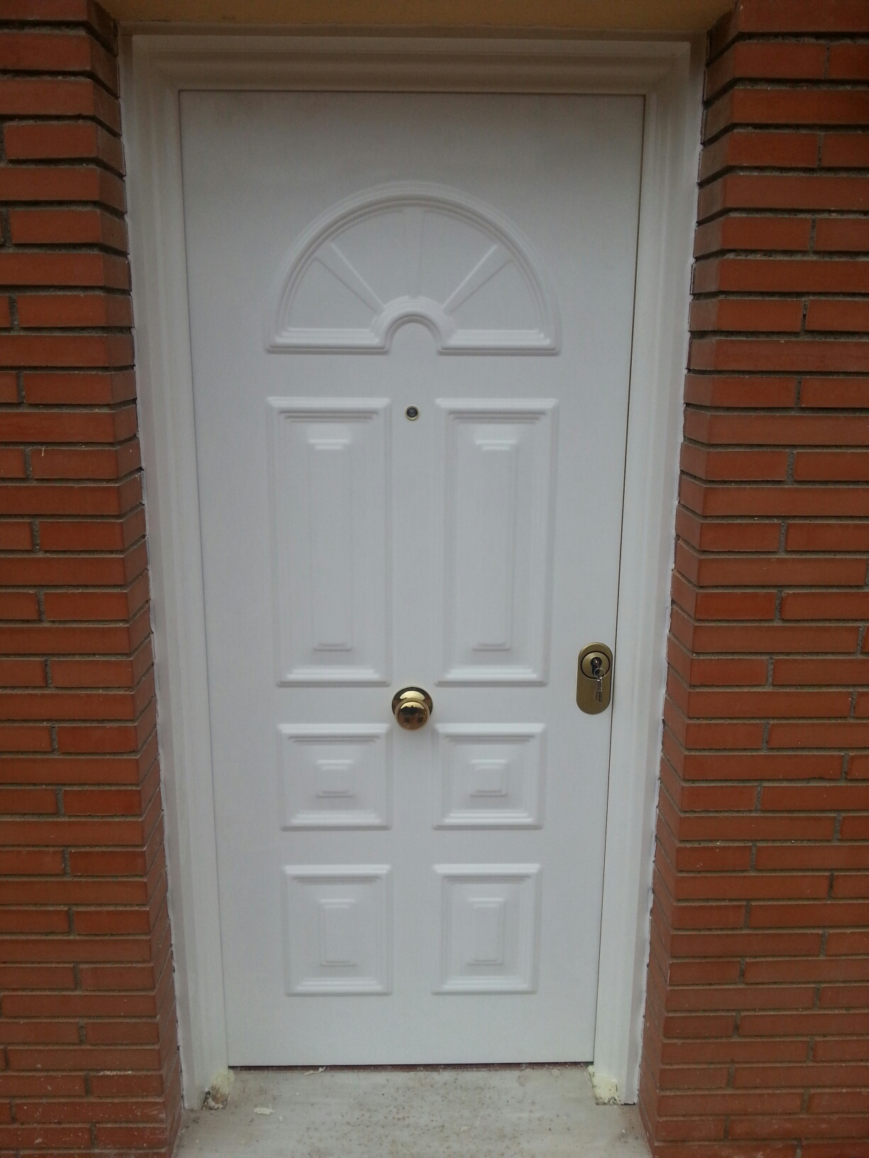 Puerta de seguridad de entrada a vivienda blindada en - Cerradura seguridad puerta ...