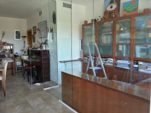 Divisió de despatx formada per vidre i alumini