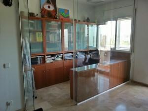 Divisió de despatx composta per vidre en un pis