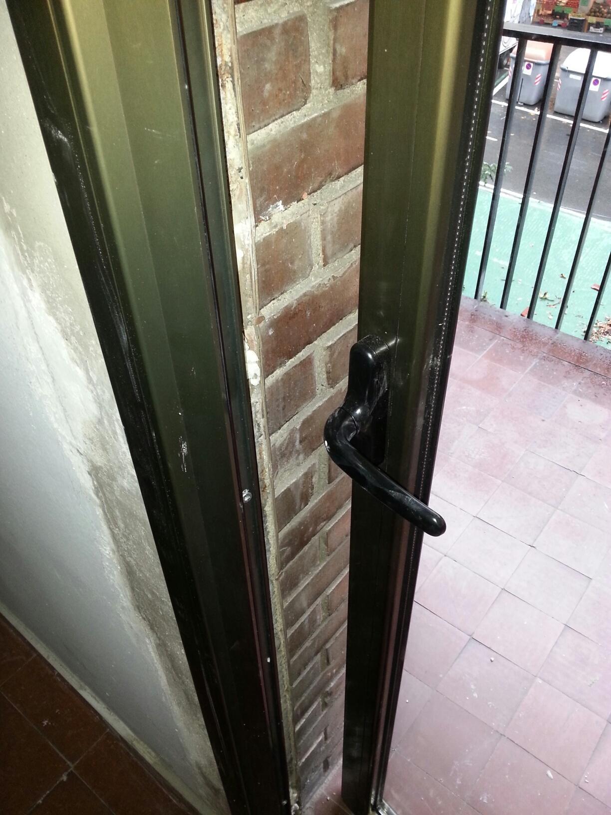 Puerta de apertura para el exterior en acabado anodizado for Puerta corrediza externa