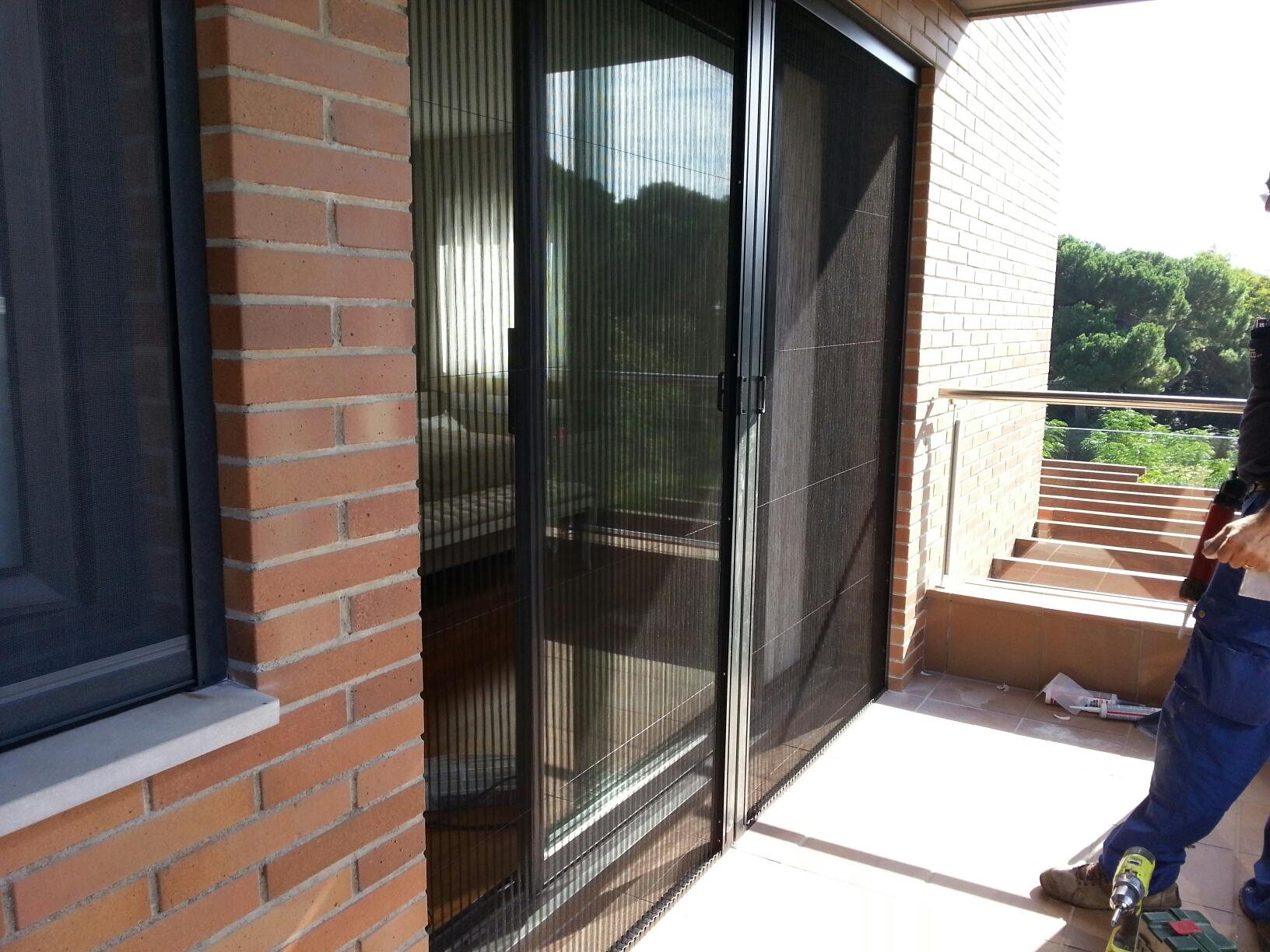 Mosquiteras De Aluminio Plisadas Y Enrollables En Una Casa
