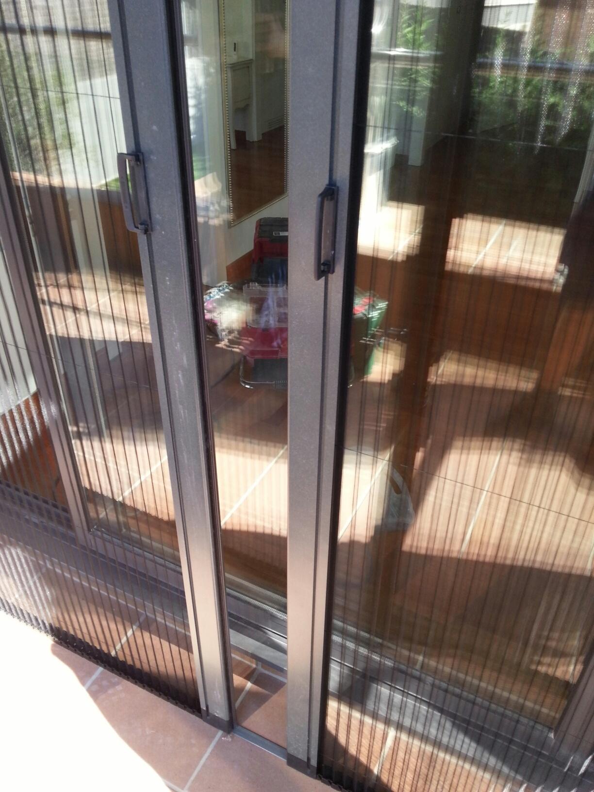 Mosquiteras de aluminio plisadas y enrollables en una casa - Mosquiteras para puertas ...