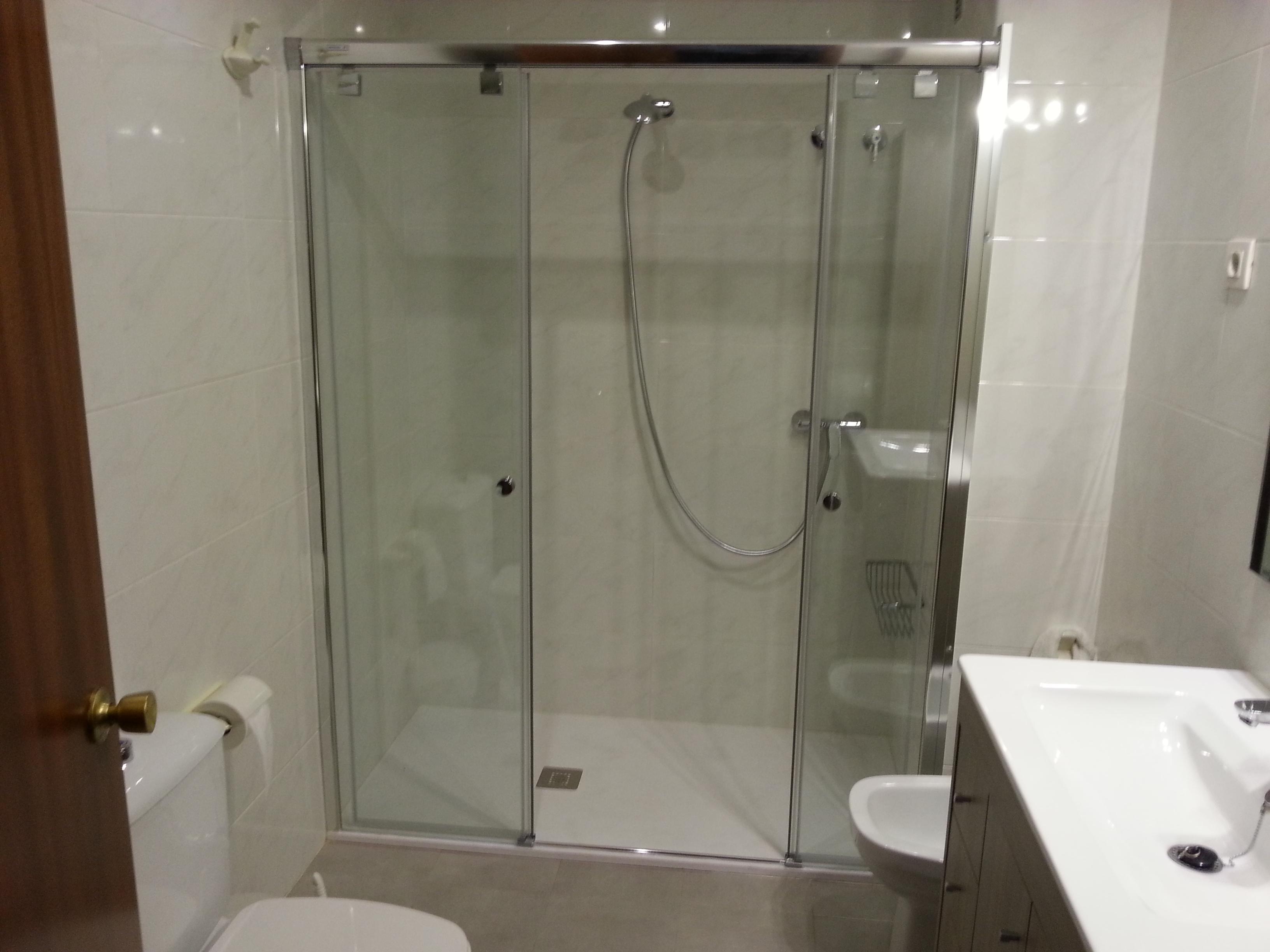 Mampara de ba o corredera en aluminio anodizado plata for Puertas para duchas