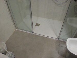 Adapted pass shower screen