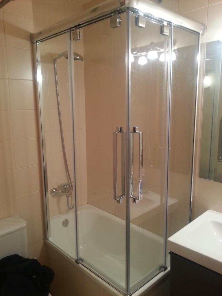 Angular bath screen
