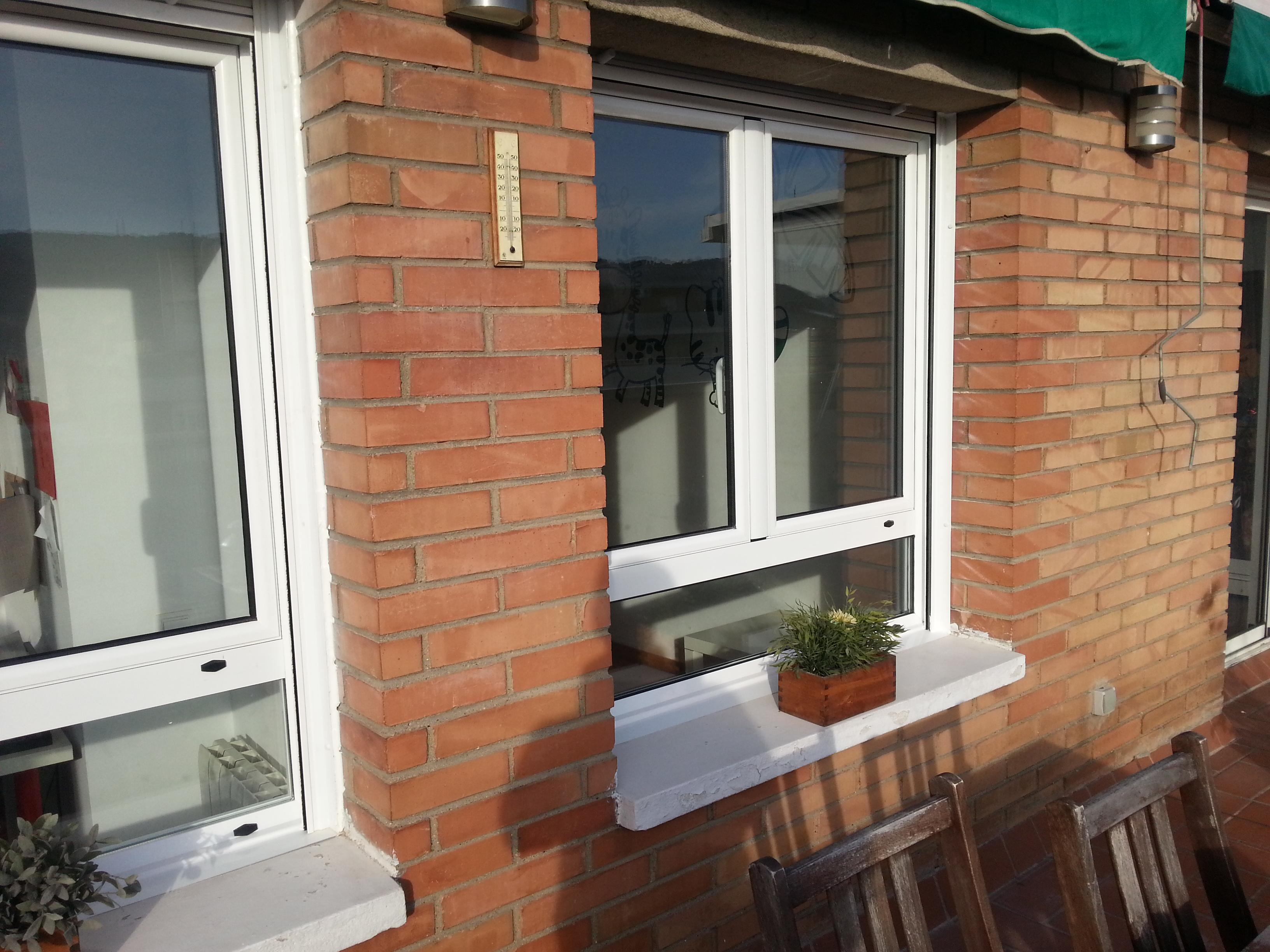 Ventanas de aluminio lacado blanco abisagradas con fijo for Precio poner ventanas aluminio