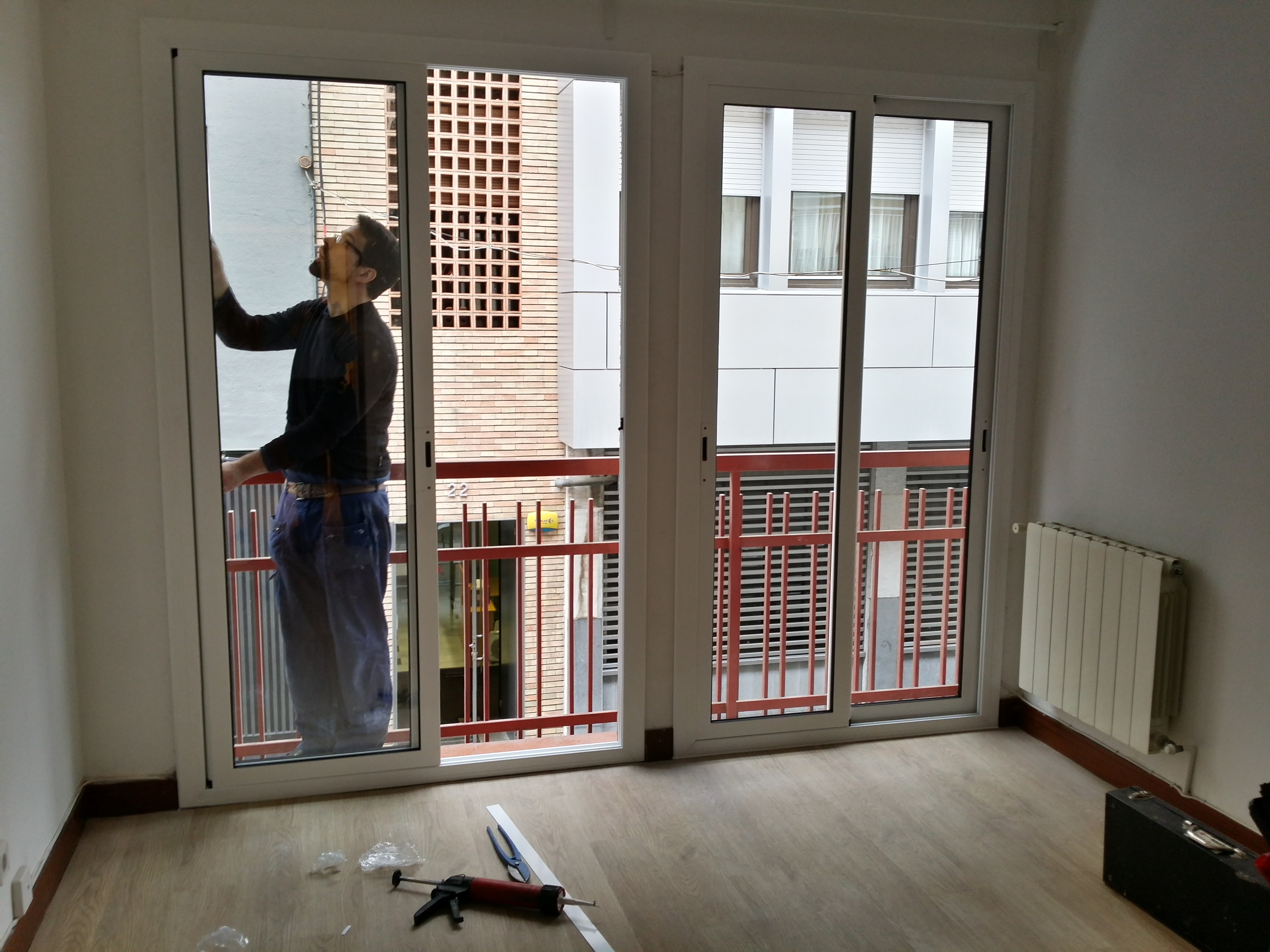#7B6450 70 Aluminium Sliding Doors Series on balcony in Sarrià quarter in  668 Janelas Pvc Oscilo Batentes