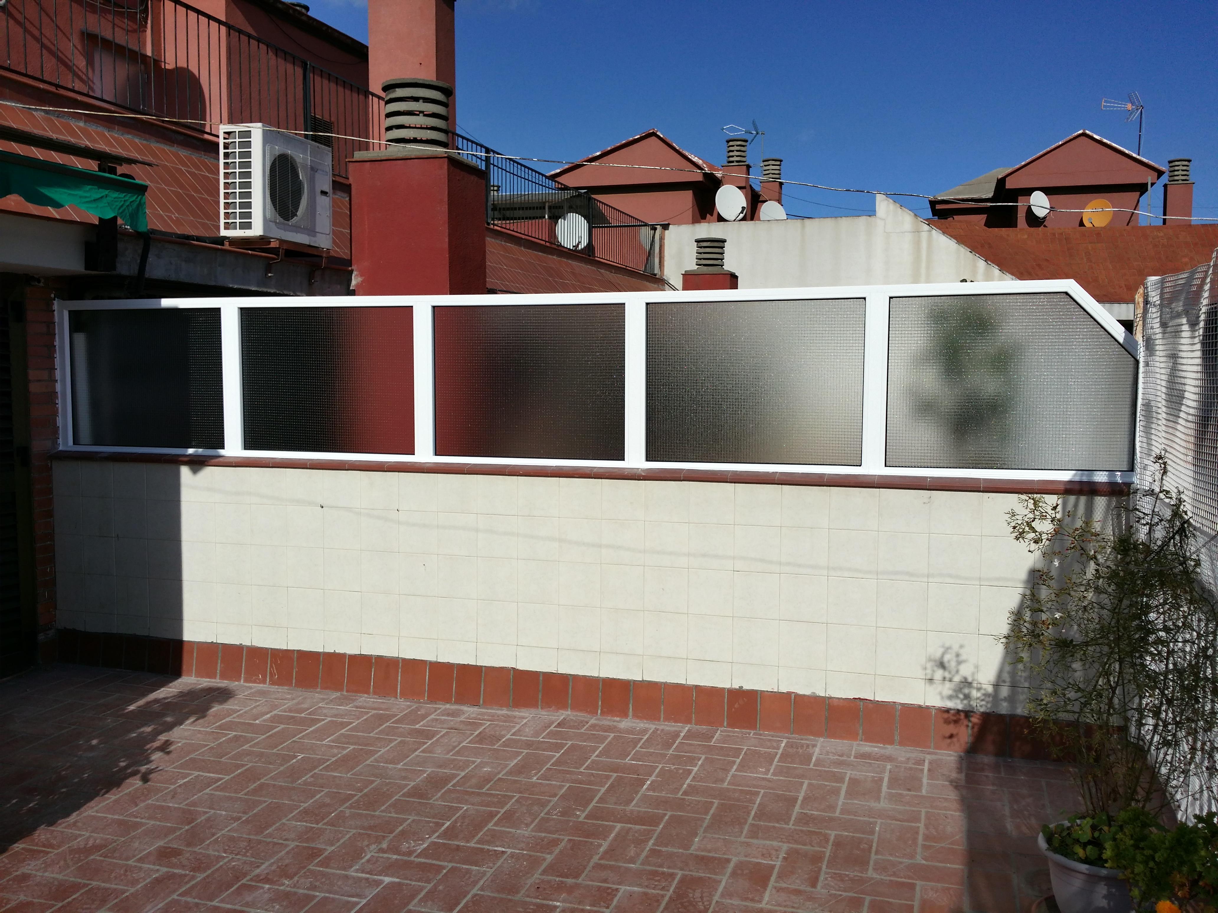 Estructura divisoria de aluminio lacado entre terrazas en for Casetas aluminio para terrazas