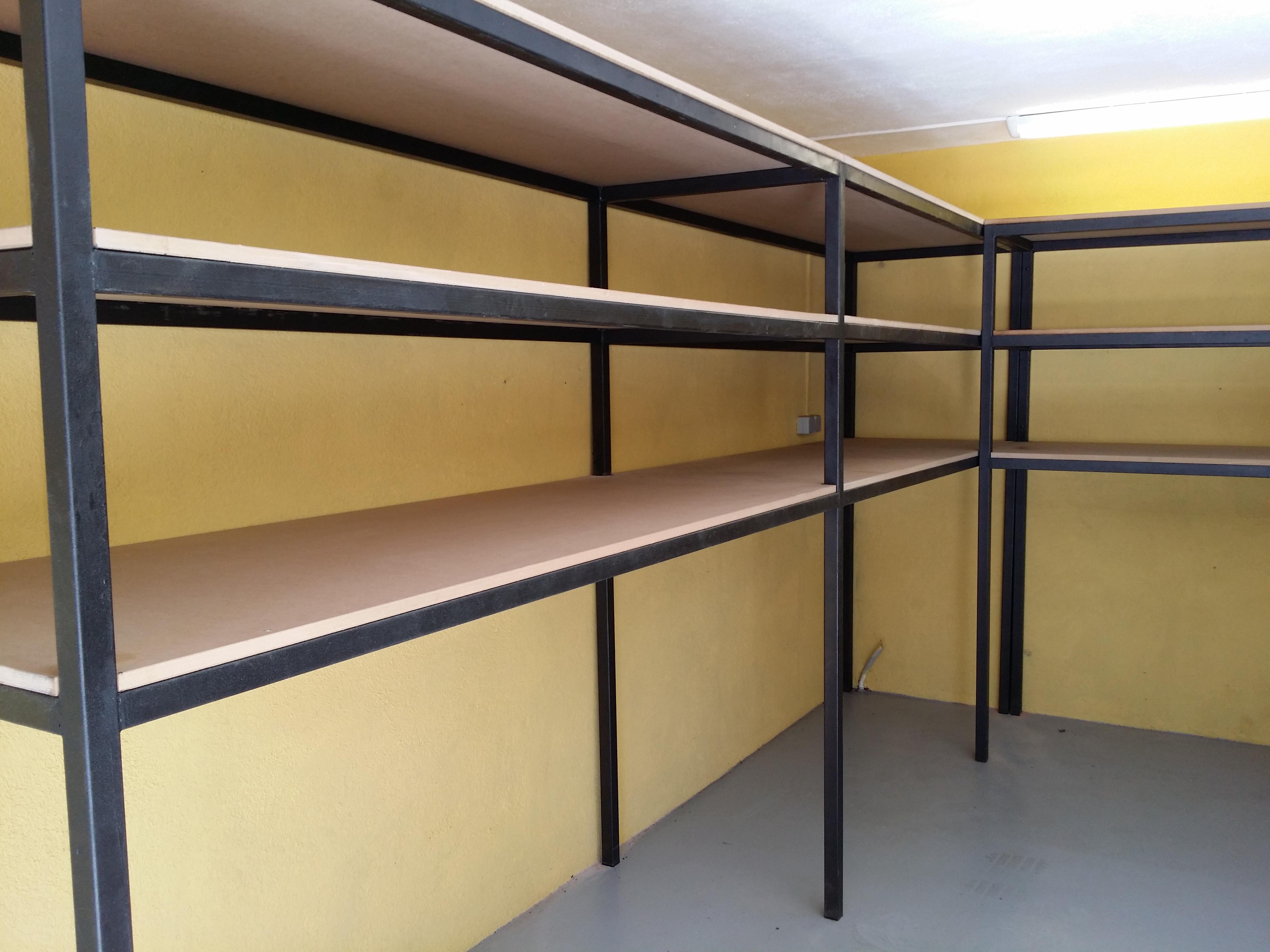 Estanter as de interior reforzadas fabricadas con hierro soldado y pintadas en negro forja - Estanterias para garaje ...