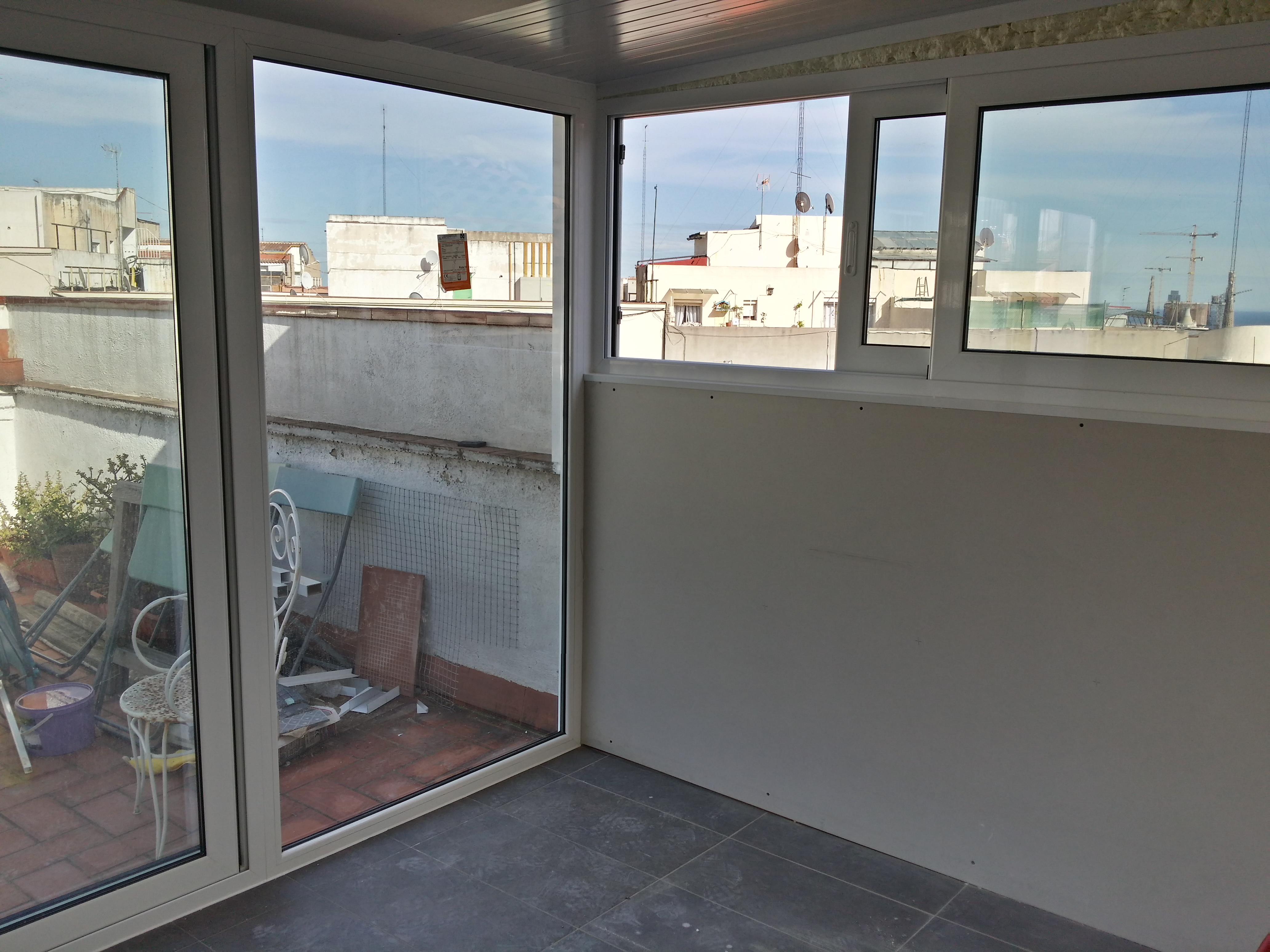 Fabricaci n distribuci n e instalaci n de cerramiento for Cerramientos de vidrio para interiores