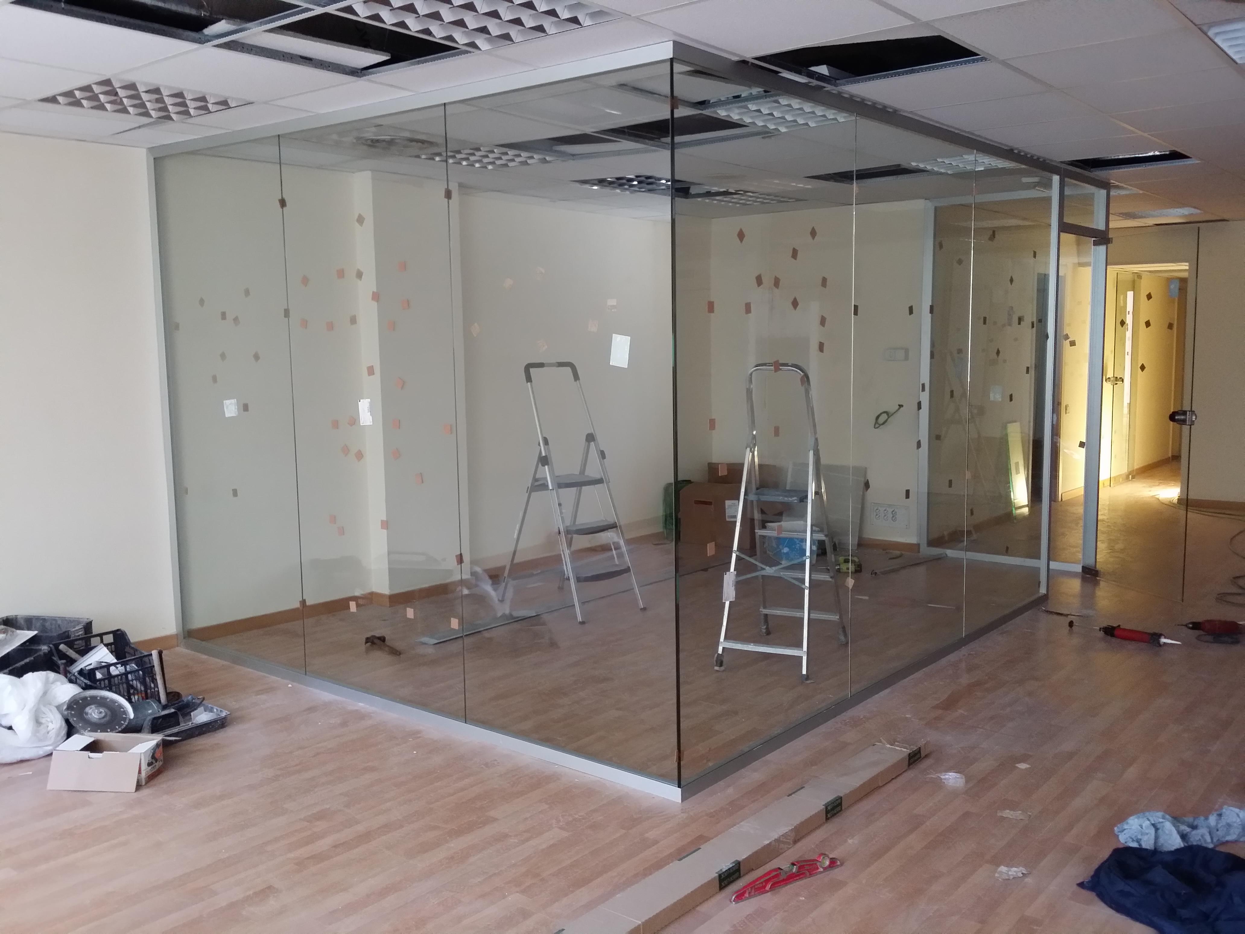 Estructura divisoria de oficina fabricada en aluminio y vidrio ...
