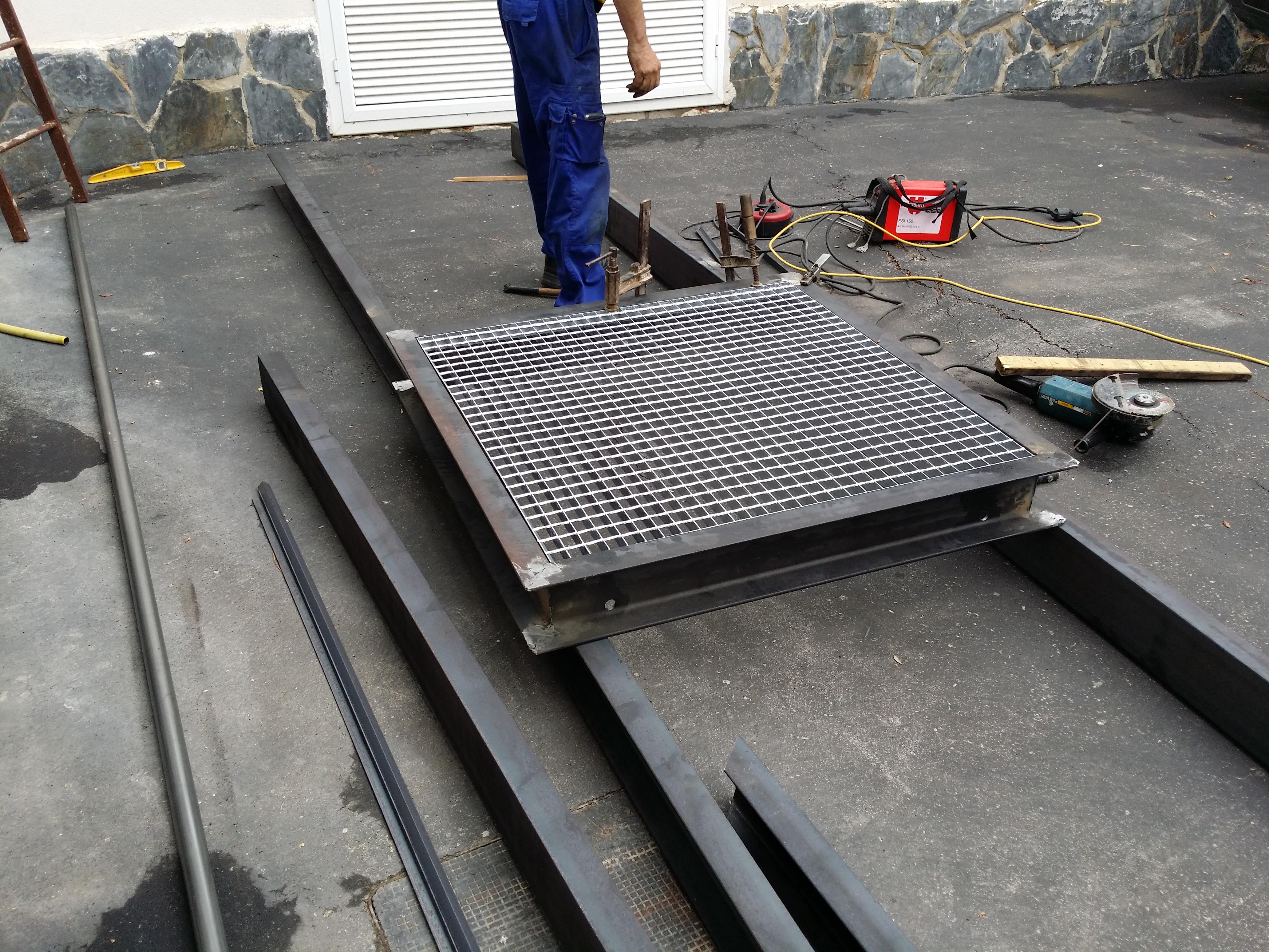 Fabricaci n y montaje de escalera exterior de hierro con - Escaleras de hierro para exterior ...