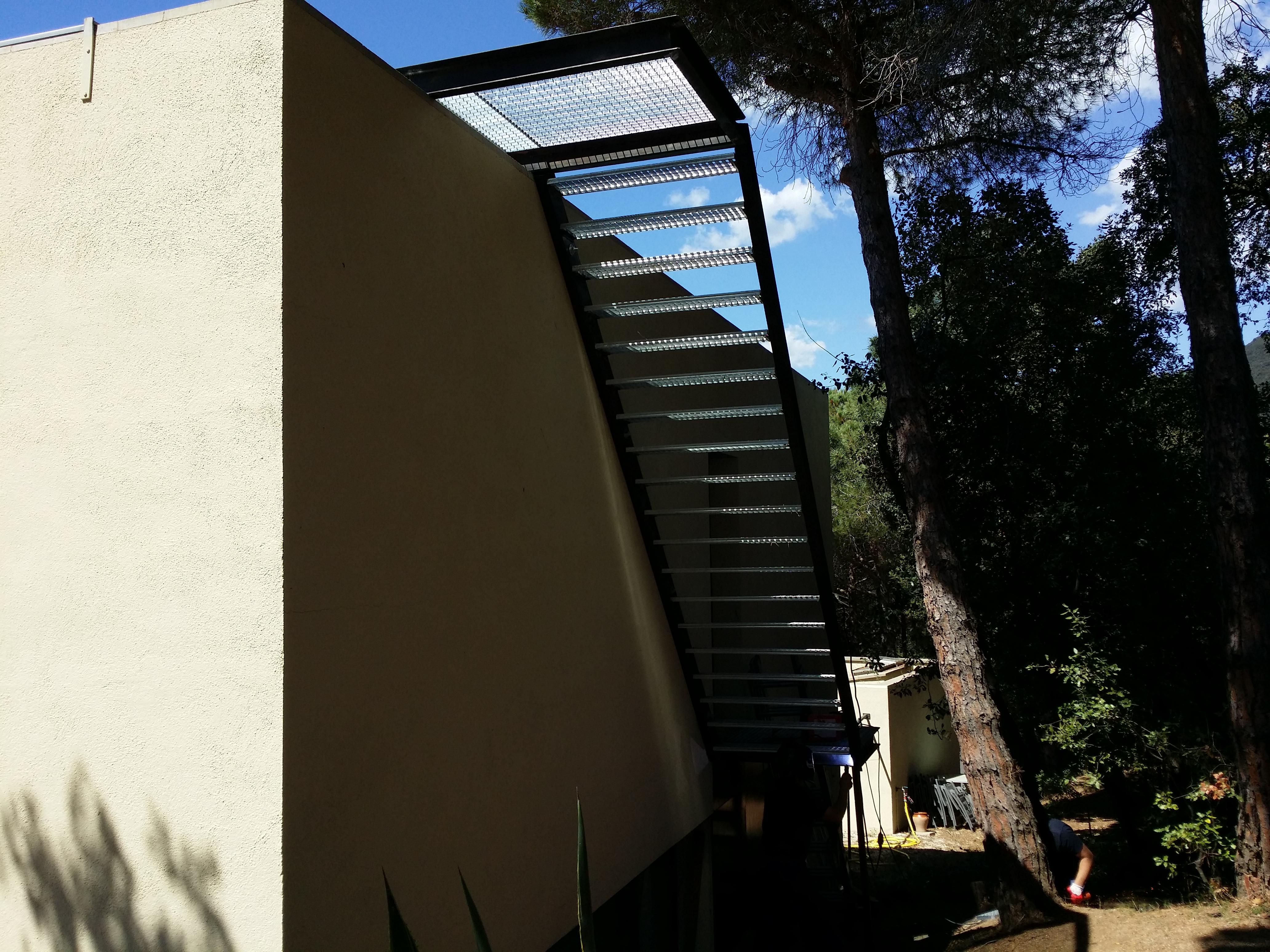 Fabricaci n y montaje de escalera exterior de hierro con for Barandilla escalera exterior