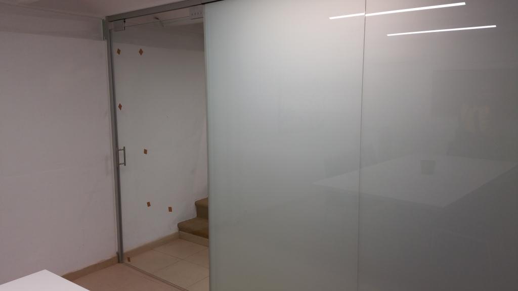 División con vidrio mate y transparente en unas oficinas