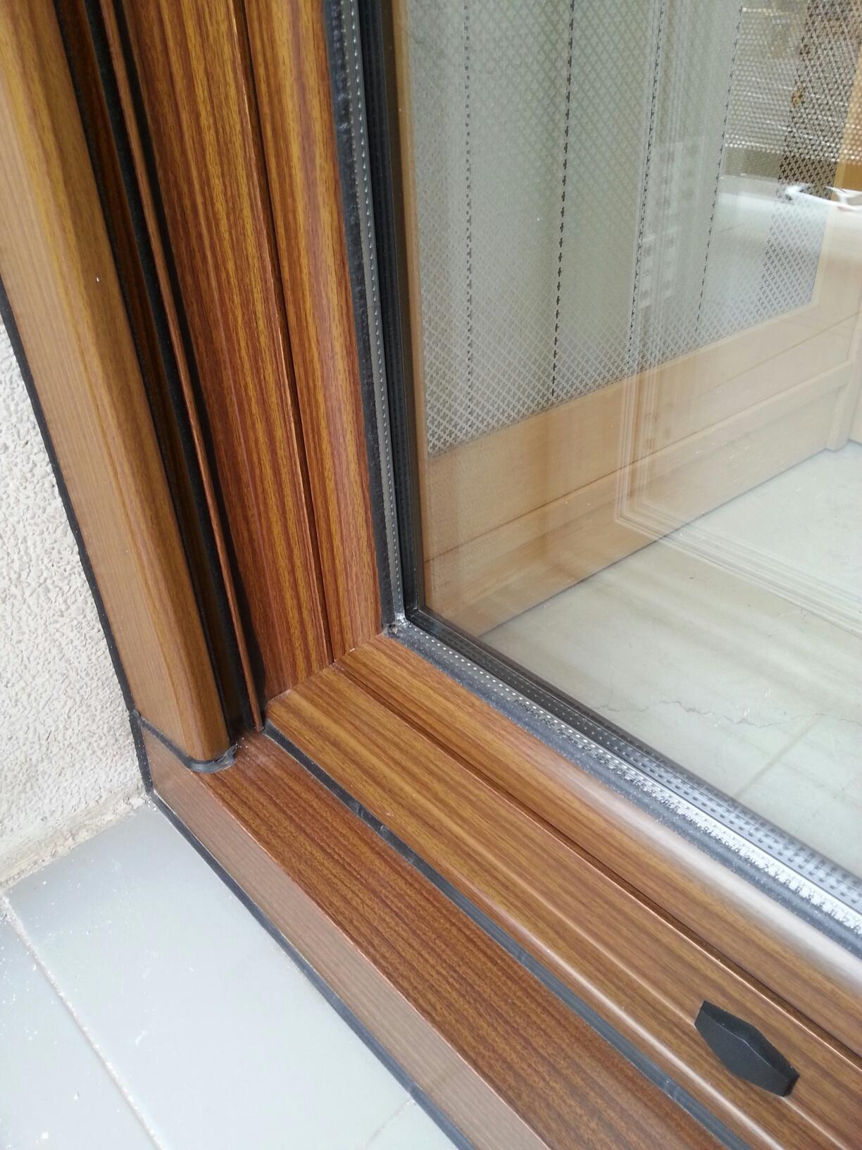 Ventana de aluminio lacado madera nogal b 7 carpinter a for Ventanas de aluminio con marco de madera