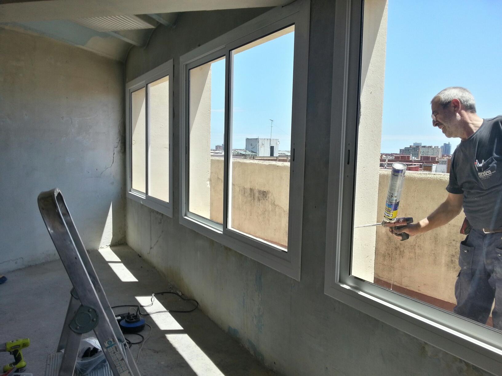 Puertas y ventanas con vidrio de c mara instaladas en un for Ventanas aluminio gris antracita
