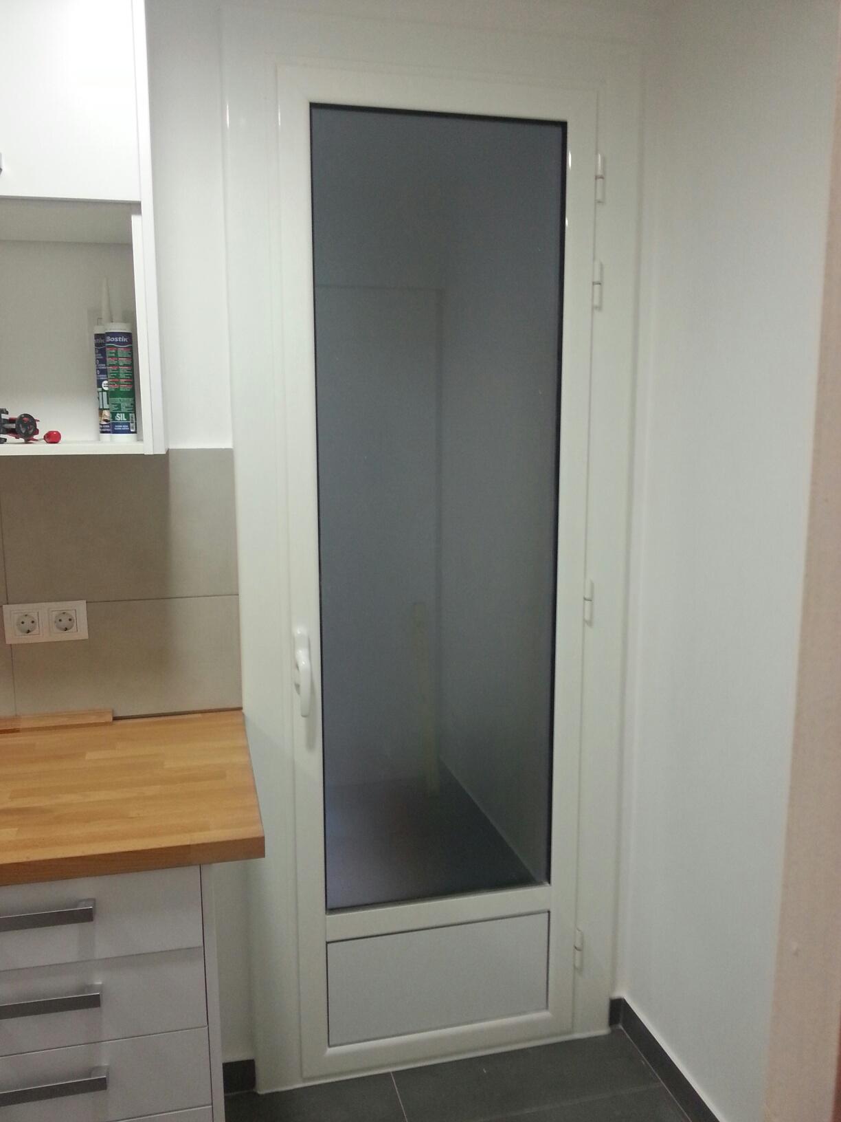 ventanas oscilobatientes y puerta abatible de aluminio en