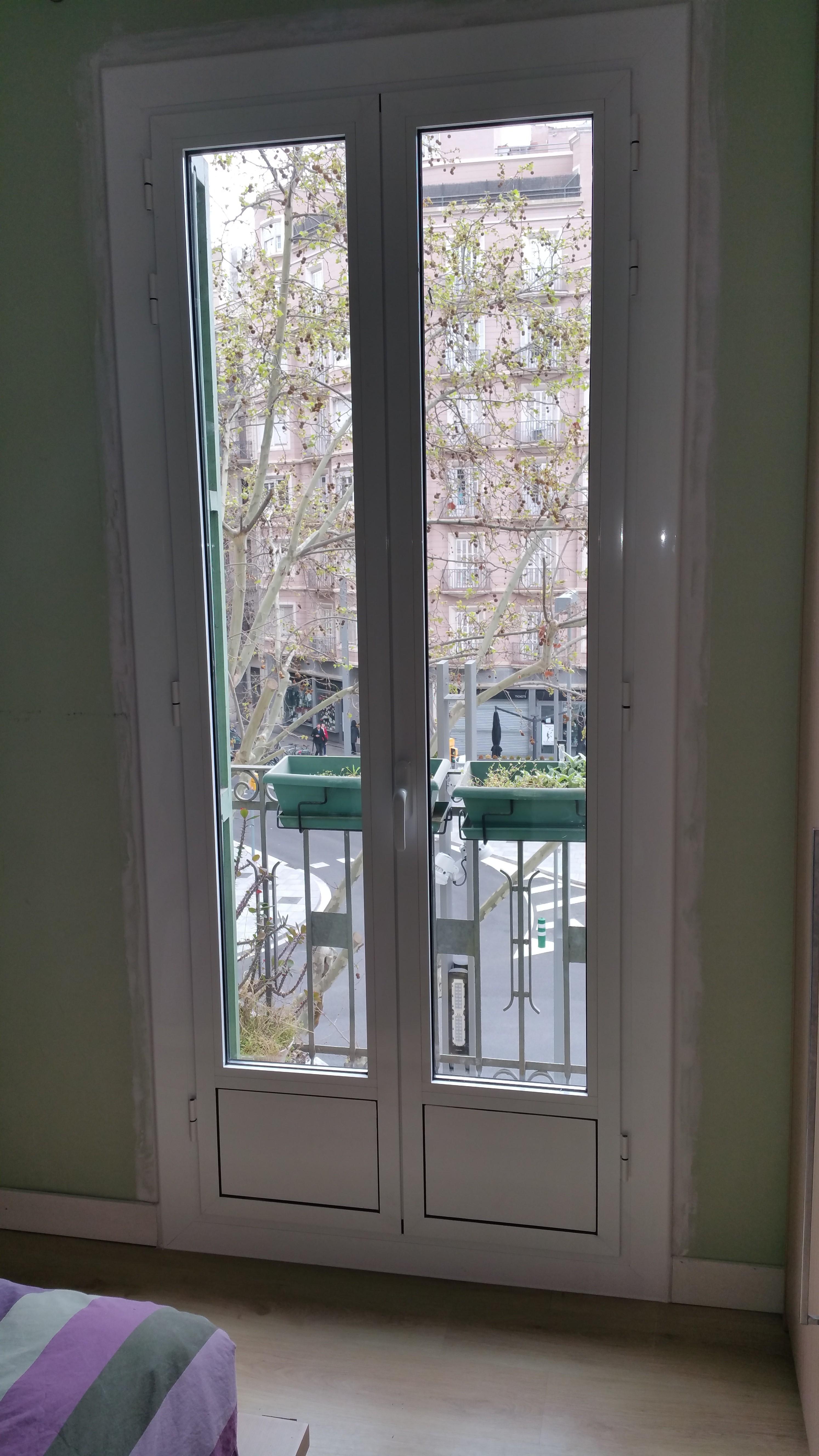 Puertas y ventanas de aluminio bicolor con rotura de for Colores ventanas aluminio lacado